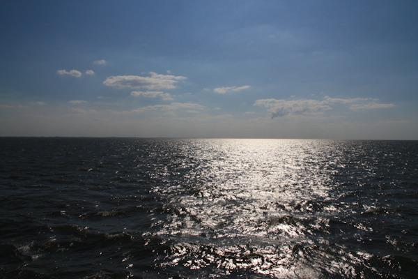 Die Nordsee mit blauen Himmel und Sonne