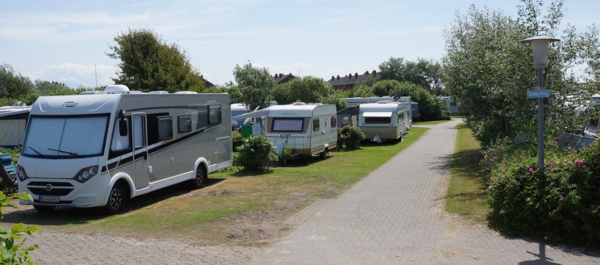 Wohnmobil und Wohnwagen auf Borkum